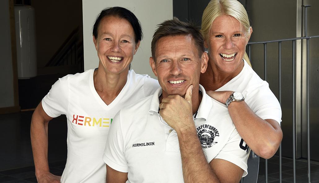 Tre personer, Ingrid Persson, Lars Lundgren och Anna Denarp, samlas glatt i en gruppbild.